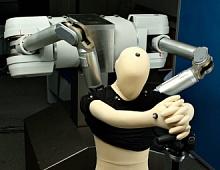Ученые из США научили робота одевать людей